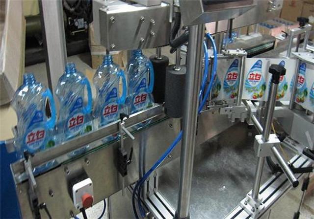 Etiquetadora automática de doble cara para detalles de botellas de loción de champú