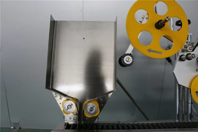 Envoltura horizontal automática alrededor de la máquina de etiquetado adhesivo adhesivo de jeringa