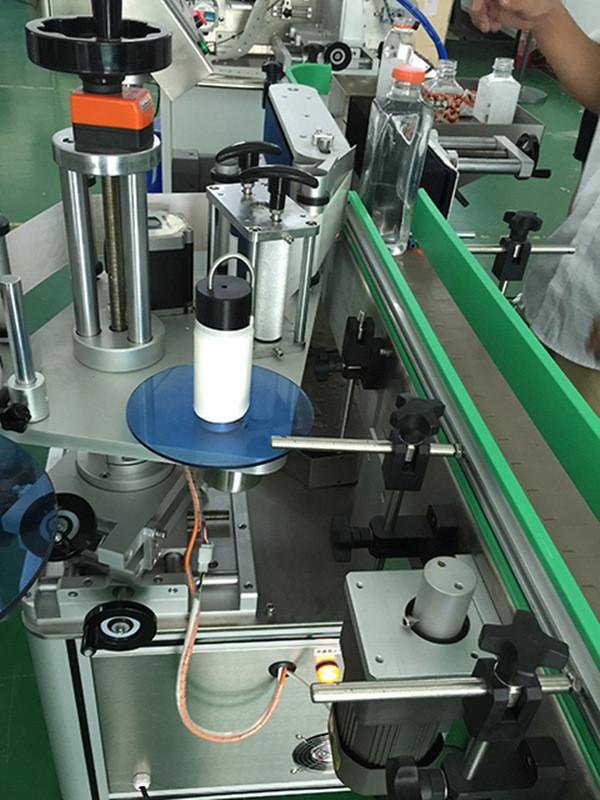 Botellas cuadradas verticales automáticas Detalles de la máquina de etiquetado de cuatro lados